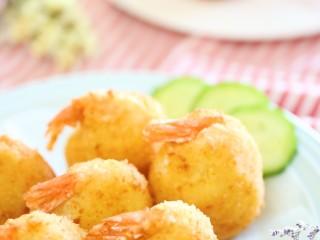 黄金虾球12m+(宝宝辅食),放凉,就可以喊宝宝开饭啦,外焦里嫩,还有土豆泥的软糯,颜值也超高吧!简直完美哈哈~ 友情提示:油炸的要少吃哦,宝宝吃一颗就好了,记得搭配点清淡的青菜粥哈