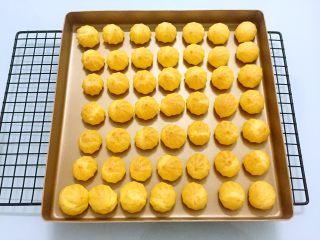 奶油泡芙,烤至表面金黄色即可,晾凉备用