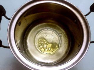奶油泡芙,把清水、玉米油、盐放入锅中搅拌均匀