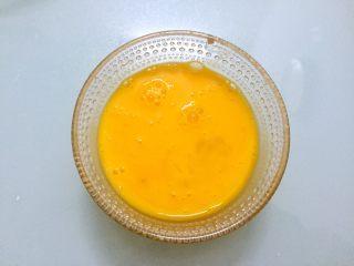 奶油泡芙,鸡蛋打散备用