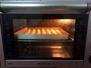 奶油泡芙,放入预热好的烤箱,先上下火200度烤8-10分钟定型后转180度烤10-15分钟(烤箱温度和时间只供参考)
