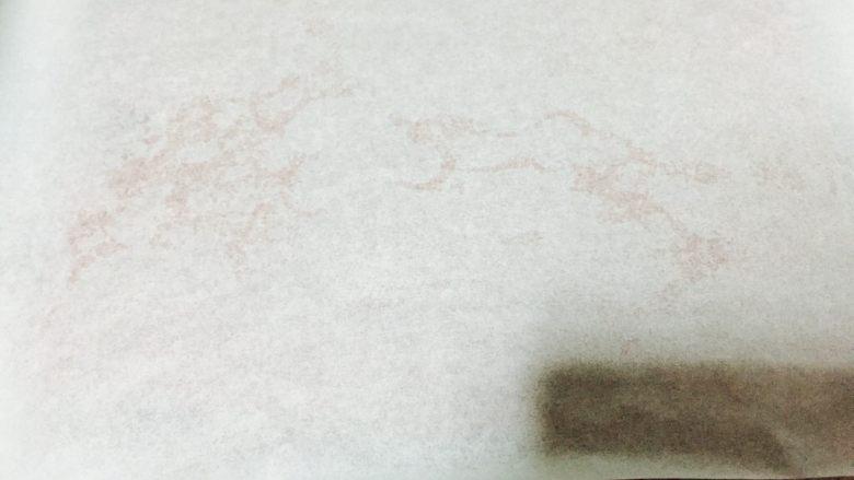 红丝绒蛋糕卷,上面铺一层油纸,锁住水分