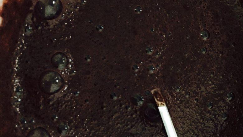 红丝绒蛋糕卷,牛奶和红曲粉慢慢搅拌均匀