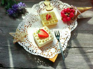 迷你草莓奶油蛋糕,成品再用铲刀移至盘中,高颜值哟。又好吃。