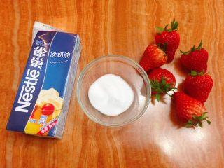 迷你草莓奶油蛋糕,烤蛋糕时,来制作蛋奶油。准备好淡奶油250g,细砂糖10g,草莓6个