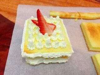 迷你草莓奶油蛋糕,我还制了另外花型的,裱花功夫有待提高😝,以上步骤一样,只是在边边处裱花一行,上层也裱花,再装饰上草莓即可。