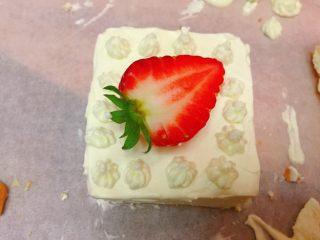 迷你草莓奶油蛋糕,再裱花装饰下,就美美啦。