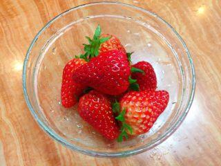 迷你草莓奶油蛋糕,草莓用清水洗净。