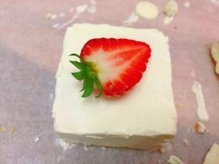 迷你草莓奶油蛋糕,上面放半个草莓。