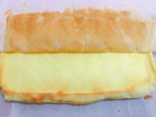 迷你草莓奶油蛋糕,再把蛋糕脱膜倒扣,撕去油纸。