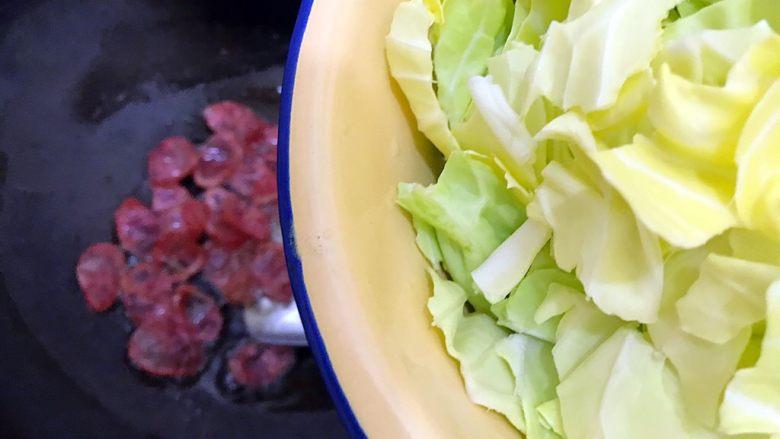 锦衣玉食~圆白菜洋葱炒腊肠,下圆白菜