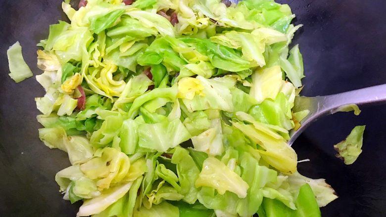锦衣玉食~圆白菜洋葱炒腊肠,转中大火,翻炒至圆白菜变软