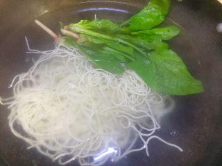 #重庆地方特色#重庆麻辣炸酱面,水开了放入面条和菠菜