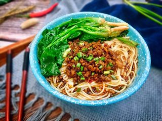 #重庆地方特色#重庆麻辣炸酱面,加上适量的炸酱再撒上葱花,早,中,晚餐这样来上一碗也是很知足了