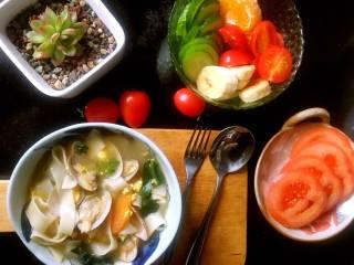 """元气早餐:饺子皮做""""蛤蜊什锦面片鸡蛋汤"""""""