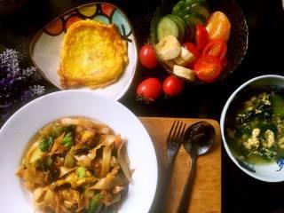 """元气早餐:饺子皮做""""炒面片""""+煎鸡蛋+青菜蛋汤+果盘"""