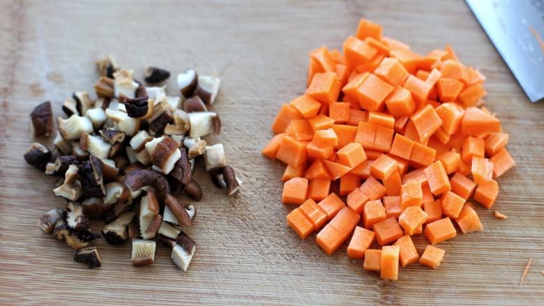 排骨焖饭,将泡发的香菇和<a style='color:red;display:inline-block;' href='/shicai/ 25'>胡萝卜</a>切成小丁