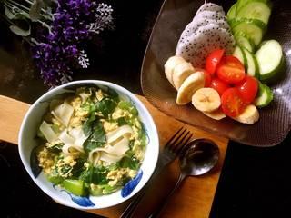 """元气早餐:饺子皮做""""青菜鸡蛋面皮汤""""+水果拼盘,摆个造型,拍个美美的大合照;元气早餐完成,10分钟搞定。"""