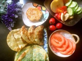 """元气早餐:饺子皮做""""煎脆饼和香蕉灌饼""""+煎鸡蛋+水果"""