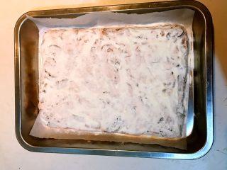 奥利奥雪花酥,在雪花酥上面均匀的撒一层奶粉,晾凉