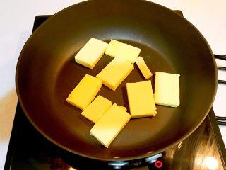 奥利奥雪花酥,无盐黄油放入不粘炒锅,小火融化