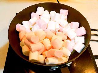 奥利奥雪花酥,加入棉花糖,上下不停的翻动,让黄油与棉花糖充分融合,全程小火慢炒