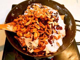 奥利奥雪花酥,加入杏仁,腰果和蔓越莓果干