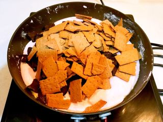 奥利奥雪花酥,加入奥利奥饼干和脆乐脆饼干,搅拌均匀