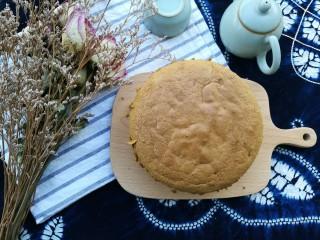 抹茶奶酪慕斯蛋糕,取出蛋糕,振三下后倒扣,冷却后脱模,横切成三片。