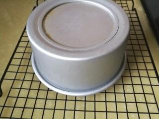 抹茶奶酪慕斯蛋糕,取1/3蛋白加入蛋黄液中搅拌均匀,再将此液加入剩下的打发蛋白中切拌均匀,加入筛过的低筋面粉快速切拌均匀,倒入模具中,拿起模具离桌面二十厘米落下,振去粗泡,入烤箱上火145下火165烤制10分钟,盖上锡纸,上下火165烤制12-15分钟,用一根竹签插入测试是否烤透。