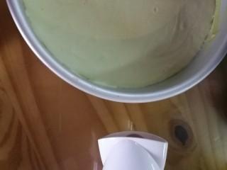 抹茶奶酪慕斯蛋糕,入冰箱冷藏四小时以上,用电吹风吹一圈。