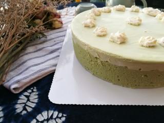 抹茶奶酪慕斯蛋糕,在表面挤上打发的奶油