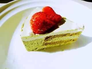 抹茶奶酪慕斯蛋糕,切下一块,入口是清新的抹茶味,然后是细腻即化的抹茶慕斯,还有松软的新鲜蛋糕。