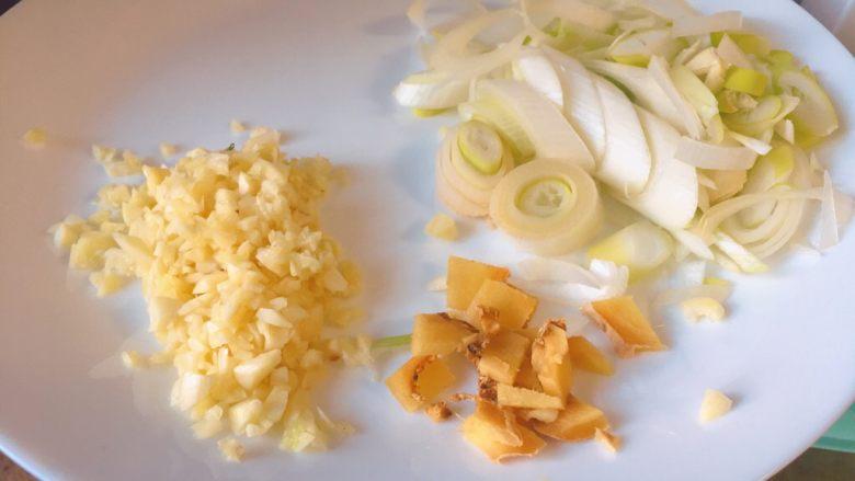 孜然鸡心★快手实用系列,再切一些蒜沫,葱花和姜沫