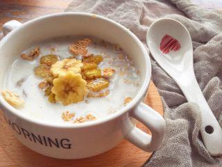 辅食10M➕:香蕉牛奶燕麦粥,将香蕉片放入煮好的牛奶燕麦粥里就可以开动啦~