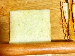 辅食10M➕ 香蕉牛油果吐司卷,将吐司切去四边,拿擀杖擀平备用