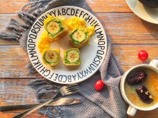 辅食10M➕ 香蕉牛油果吐司卷,配上一碗粥 美美的早餐