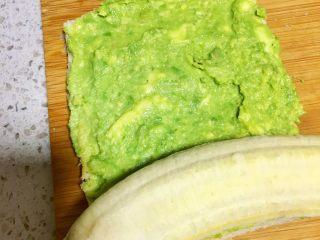 辅食10M➕ 香蕉牛油果吐司卷,再放上一根香蕉,轻轻卷起来