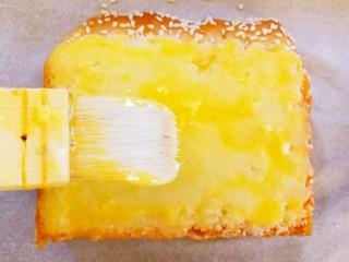 快手早餐~黄金土司片,最后刷上一层蛋液