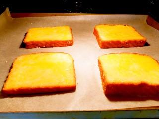 快手早餐~黄金土司片,放进预热好的烤箱里面,中层,上下火180度十五分钟左右