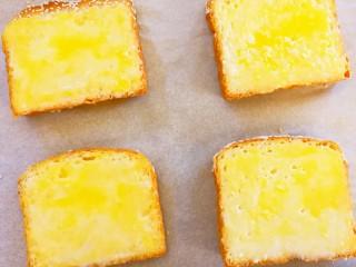 快手早餐~黄金土司片,依次全部做好,放到垫好油纸的烤盘上