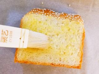 快手早餐~黄金土司片,土司片上先抹上一层黄油