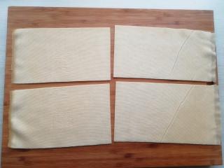 【豆皮金针菇卷】,将豆皮铺开,切成4份