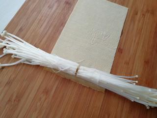 【豆皮金针菇卷】,取一张豆皮,平铺开,两边放上金针菇