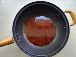 【豆皮金针菇卷】,加入半碗水,淋入生抽酱油,蚝油,再加入鸡精,少许白糖,烧开