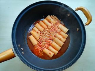 【豆皮金针菇卷】,将豆腐卷翻面,使上下熟制一样