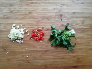 【豆皮金针菇卷】,将香菜切小段、大蒜切末,小米辣切成辣椒圈