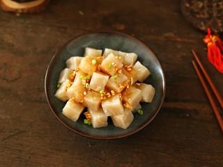 猪皮冻,可以用生抽、醋、蒜末等调成酱汁拌匀后食用