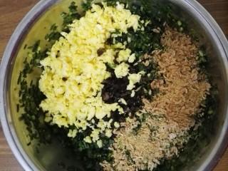 鸡蛋韭菜盒,将鸡蛋、黑木耳、虾皮、韭菜放在一起,加入老抽、生抽、花椒粉、鸡精、盐搅拌均匀。
