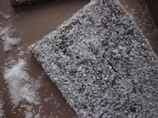 红糖姜汁软糖,拿出切块,洒上椰蓉